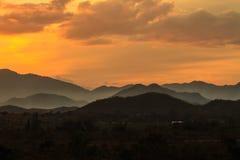 Sumário mostrado em silhueta do por do sol dos mountians Foto de Stock