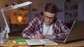 Sumário novo da escrita do menino que prepara-se para o teste que faz o projeto no ensino universitário filme