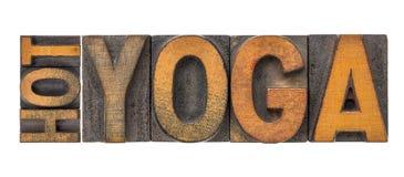 Sumário quente da palavra da ioga no tipo de madeira fotos de stock