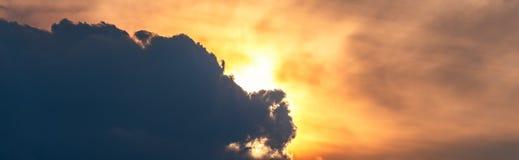 Sumários coloridos céu e nuvens foto de stock