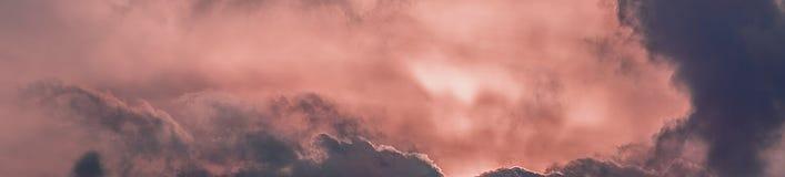 Sumários coloridos céu e nuvens imagem de stock