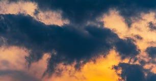 Sumários coloridos céu e nuvens fotos de stock