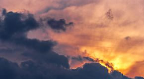 Sumários coloridos céu e nuvens imagens de stock royalty free
