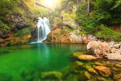 Sum vattenfallet och träbron i den Vintgar klyftan, Slovenien, Europa arkivfoto
