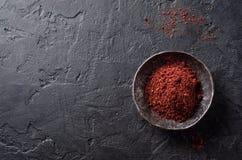 Sumah of sumak - het kruid van het oosten in metaalkom op donkere achtergrond Selectieve nadruk Hoogste mening Stock Fotografie
