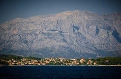 Sumartin镇,布拉奇岛海岛,亚得里亚海,克罗地亚海视图  免版税库存图片