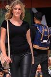 Sumaryczny czarny stroju pokaz mody Fotografia Royalty Free