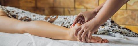 Sumaryczny relaks Piękny Młody Wwoman Dostaje balijczyka lub Tajlandzkiego masażu sztandar, DŁUGI format zdjęcie royalty free