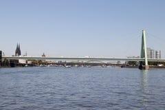 Sumaryczny widok severins most i budynki przy Rhine rzeką w cologne Germany Zdjęcie Stock