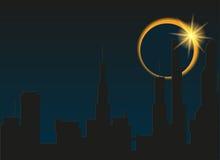 Sumaryczny zaćmienie słońce w mieście Obrazy Royalty Free