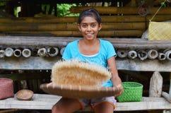Sumbanese女孩清洁米 免版税库存照片