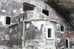 Sumela Monastery en Trebisonda en los millares de años, adornados con hecho a mano y los iconos por todas partes, ha venido arrui imagen de archivo
