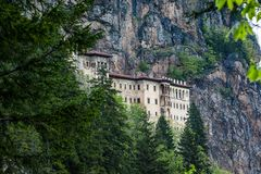 Sumela Monastery nas montanhas perto de Macka em Turquia, Ásia fotos de stock royalty free