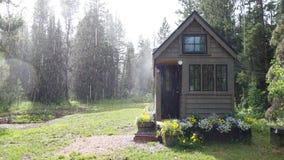 Sumer Rain über kleinem Haus Stockbild