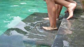 Sumergen en agua y sube al hombre y a la mujer en la piscina metrajes