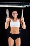 Sumerja el entrenamiento de la mujer del anillo en el ejercicio de inmersión del gimnasio Fotos de archivo libres de regalías