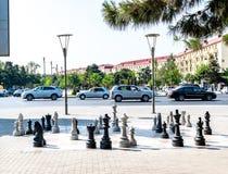 Sumgait Azerbajdzjan - Juli 19, 2018: Utomhus- schackbräde med stora plast- stycken bilar royaltyfri fotografi