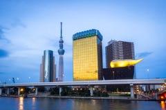 Sumida在日落的市地平线与地标大厦 免版税库存照片
