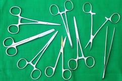 Suministra los instrumentos quirúrgicos para la cirugía Imagen de archivo