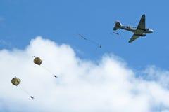 Suministro por medio de paracaídas de los aviones viejos Imagen de archivo