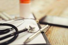 Suministros médicos en fondo de madera Fotografía de archivo