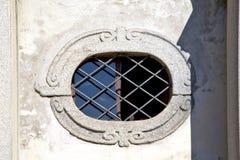 sumirago教会瓦雷泽意大利t ose窗口和马赛克天空su 免版税库存图片