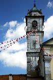 sumiragoen i Italien väggen och det kyrkliga tornet sätter en klocka på solig da Arkivbild