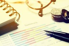 Summarisk rapport och finansiellt analyserande begrepp, penna och anteckningsbok Royaltyfria Bilder