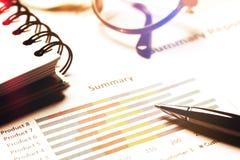 Summarisk rapport och finansiellt analyserande begrepp, penna och anteckningsbok Royaltyfri Bild