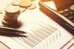 Summarisk rapport och finansiellt analyserande begrepp, penna och calculat Arkivfoto