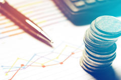 Summarisk rapport och finansiellt analyserande begrepp, penna och calculat Arkivfoton