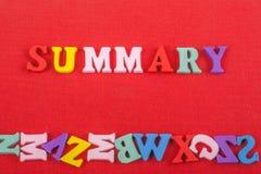 SUMMARISKT ord på röd bakgrund som komponeras från träbokstäver för färgrikt abc-alfabetkvarter, kopieringsutrymme för annonstext Arkivfoto
