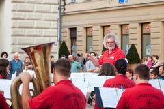 Summen Sie auf den Band-Leiter - Bandleader während eines Straßenkonzerts laut, das im Stadtzentrum von Szeged durchgeführt wird lizenzfreie stockbilder