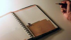 Summen Sie Herz laut auf einen Notizblock herein, schreibend stock footage