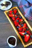 Summer chocolate tart with berries Royalty Free Stock Images