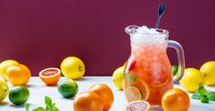Summer drink and citrus fruits Royalty Free Stock Images