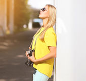 Summer, fashion and people concept - stylish pretty sensual girl Royalty Free Stock Photos