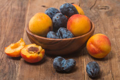 Summer fruits - plums and apricots Royalty Free Stock Photography