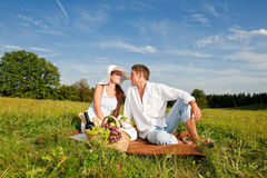 Summer - Happy couple have picnic meadow Royalty Free Stock Photography