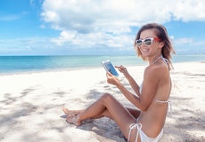 Summer holidays, vacation, technology and internet - girl lookin Royalty Free Stock Photography