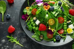 Free Summer Salad With Edible Flowers, Spinach, Blueberries, Raspberry, Sweet Peas, Cherry Tomatos And Feta Cheese Royalty Free Stock Photos - 123557958