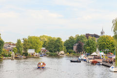 Summer view of the Amstel river with houses and boats in the small Dutch village of Ouderkerk aan de Amstel. OUDERKERK AAN DE AMSTEL, THE NETHERLANDS – stock images
