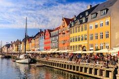 Summerday i Nyhavn, Köpenhamn, Danmark - Augusti 2016 arkivbild