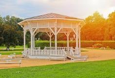 Summerhouse blanco en el parque, ciudad Frantiskovy Lazne con el sol imagen de archivo libre de regalías