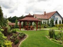 Summerhouse dans le jardin avec des présidences Image libre de droits