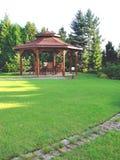 Summerhouse dans le jardin avec des présidences Image stock
