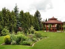 Summerhouse in de tuin met het vouwen van stoelen Royalty-vrije Stock Foto's