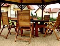 Summerhouse in de tuin met stoelen Royalty-vrije Stock Foto