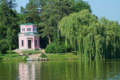 Summerhouse durch den See Stockfotos
