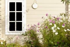 Summerhouse e flores do jardim fotografia de stock royalty free